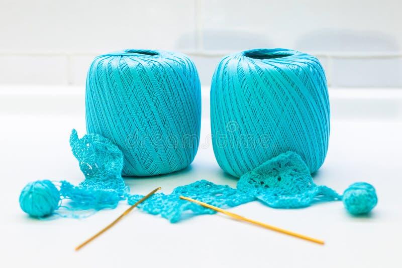Palla di lana fatta del filo e dei ferri da maglia fotografia stock
