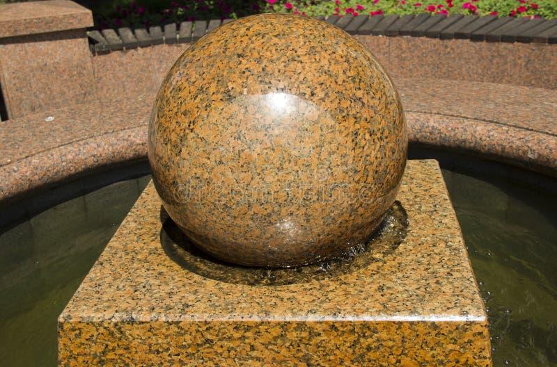 Palla di marmo Frictionless, fontana di pietra della palla o fontana di galleggiamento del globo della sfera fotografie stock libere da diritti