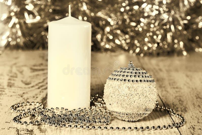 Palla di Natale, candela e perle, seppia fotografie stock libere da diritti