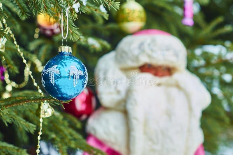 Palla di Natale che appende su un ramo dell'abete fotografia stock