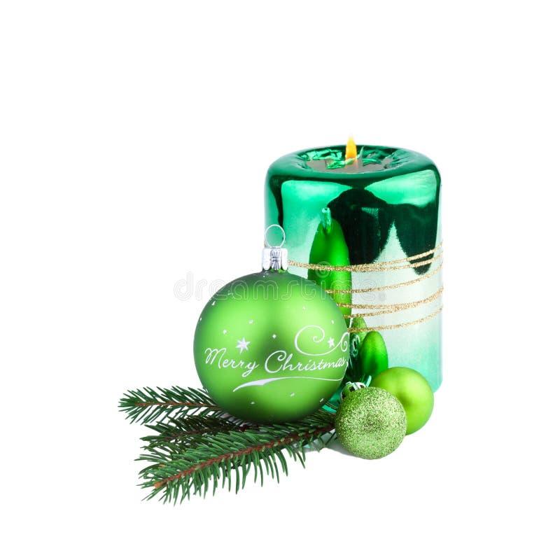 Palla di Natale con il ramo e la candela del pino fotografia stock