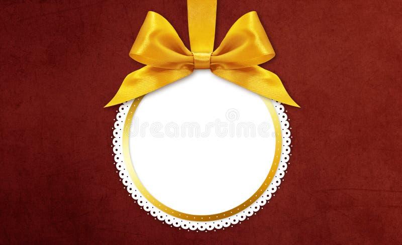 Palla di Natale con l'arco dorato del nastro del raso fotografia stock libera da diritti
