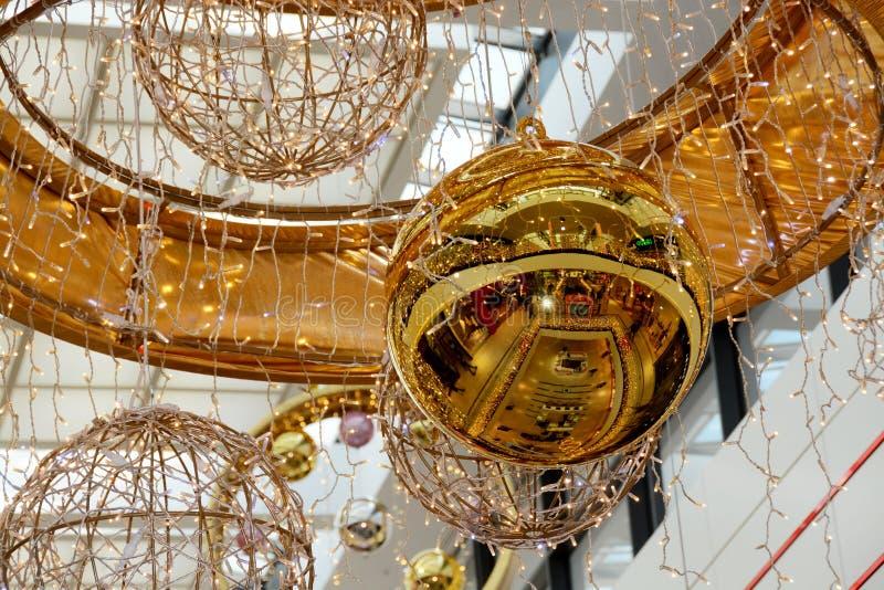 Palla di Natale dell'oro ed altre decorazioni nel centro commerciale fotografia stock libera da diritti