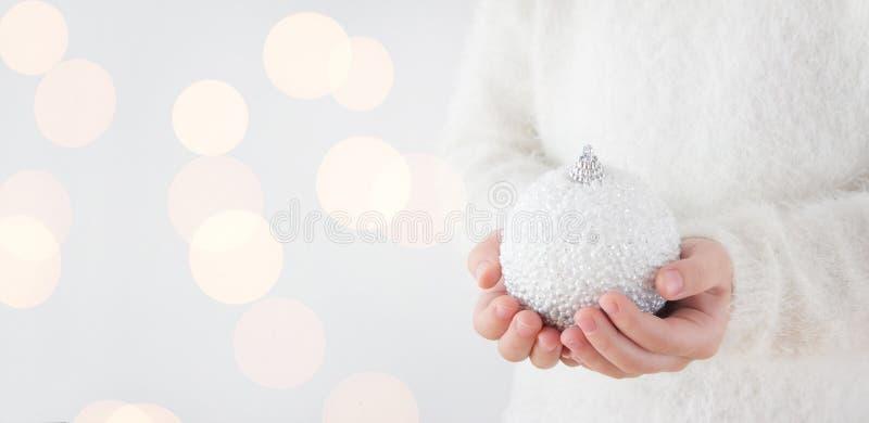 Palla di Natale della tenuta del bambino fotografie stock