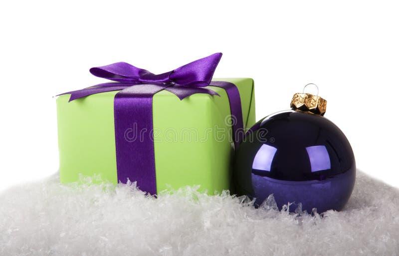 Palla di Natale e contenitore di regalo fotografie stock libere da diritti