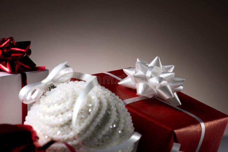 Palla di Natale e parecchie scatole fotografie stock