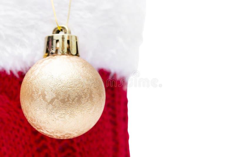 Palla di Natale per la decorazione e la calza rossa isolate su fondo bianco fotografia stock