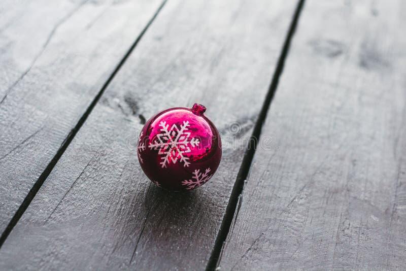 Palla di natale di rosa della decorazione di Natale su un fondo di legno immagine stock