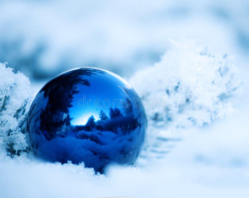 Palla di Natale sull'albero fotografia stock libera da diritti