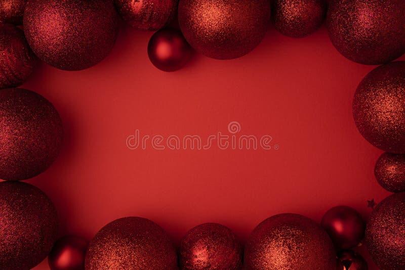 Palla di Natale sulla disposizione piana del fondo rosso Festa di natale della decorazione di inverno di Natale Vista superiore d immagine stock libera da diritti