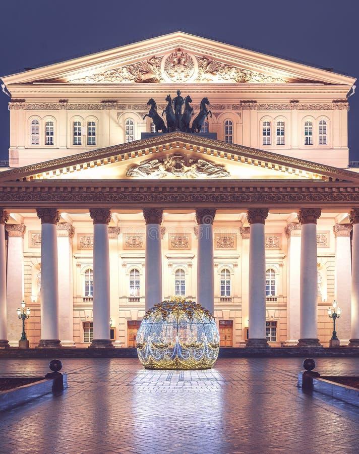 Palla di Natale di Uminous davanti al teatro di Bolshoi sul quadrato del teatro Stagioni di Mosca Inverno Paesaggio del ` s del n fotografia stock