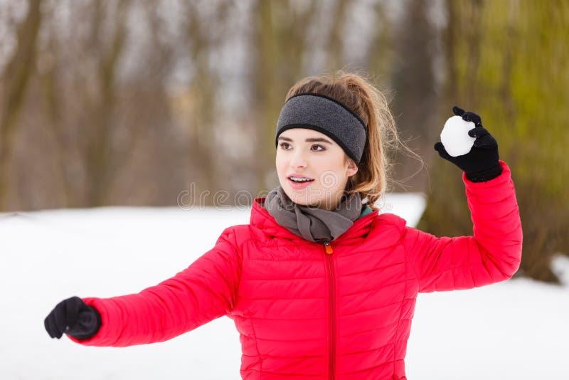 Palla di neve di lancio della donna sportiva fotografie stock
