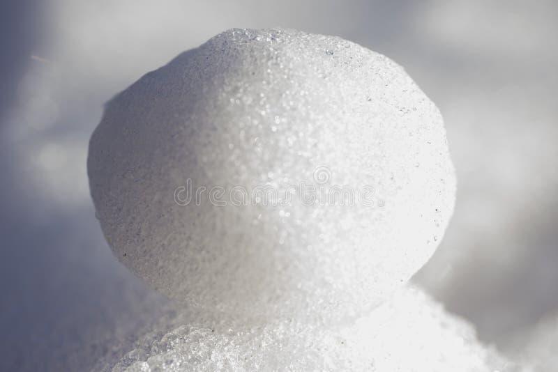 Palla di neve scintillante congelata coperta nei cristalli di ghiaccio fotografia stock