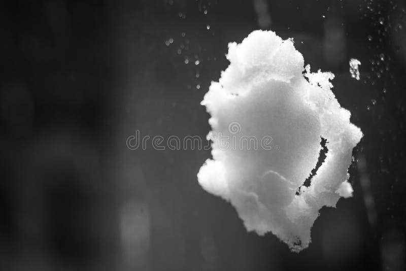 Palla di neve sulla finestra fotografie stock libere da diritti