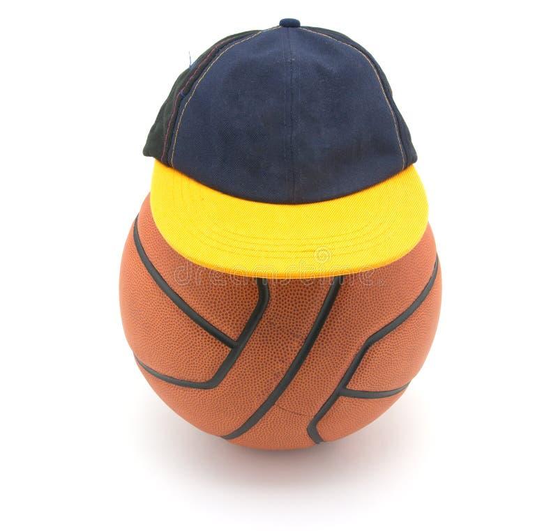 Palla di pallacanestro con il cappello fotografie stock libere da diritti