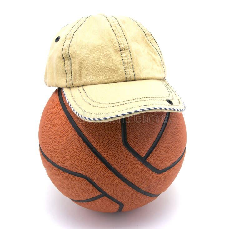 Palla di pallacanestro con il cappello immagini stock