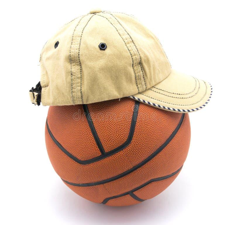 Palla di pallacanestro con il cappello immagini stock libere da diritti