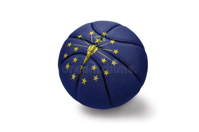 Palla di pallacanestro con la bandiera dello stato dell'Indiana sui precedenti bianchi fotografie stock