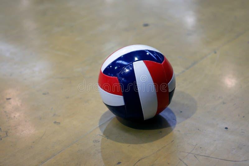 Palla di pallavolo sulla corte durante il corso di formazione fotografie stock