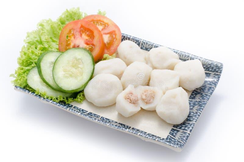 Palla di pesce con carne ed il cetriolo affettato, pomodoro, hebs sul piatto immagine stock libera da diritti