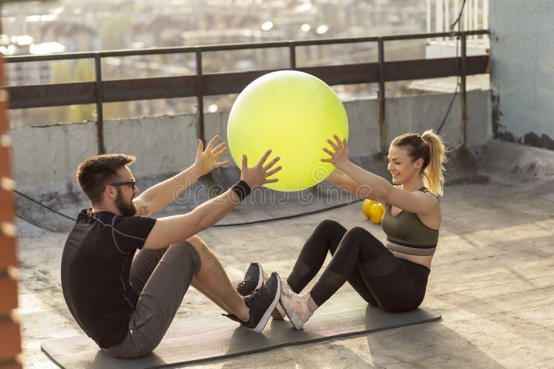 Palla di Pilates che passa esercizio fotografia stock