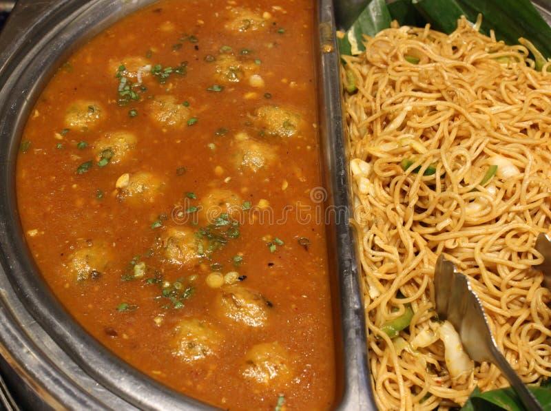 Palla di Veg in tagliatelle calde della salsa e del veg di aglio immagine stock libera da diritti