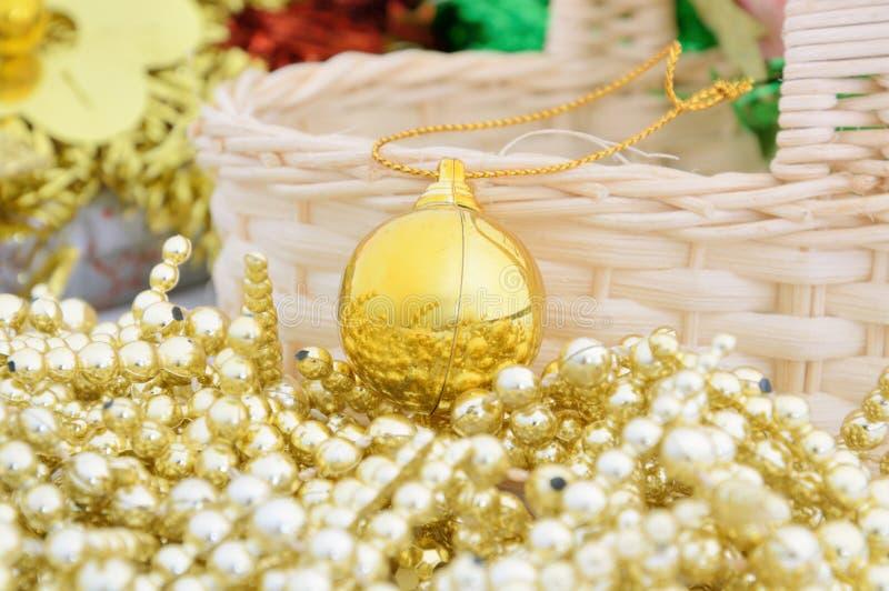 Palla dorata di cristmas per la decorazione del nuovo anno e di natale immagini stock