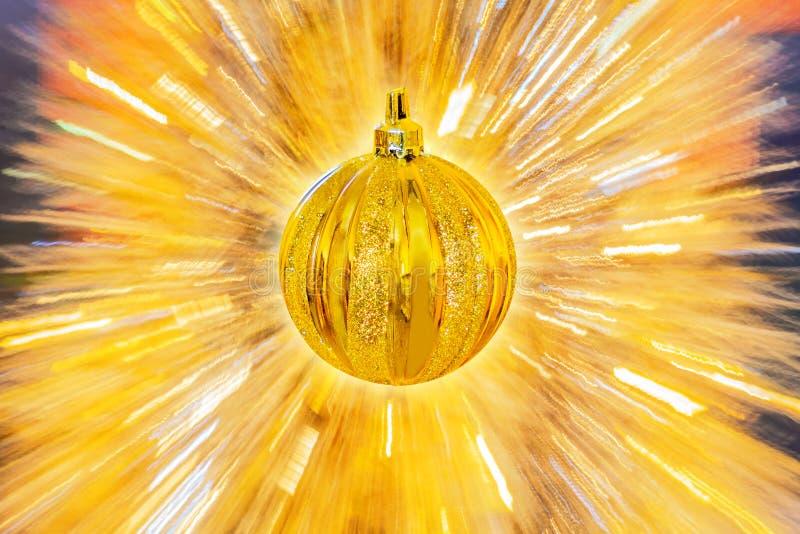 Palla dorata di natale su fondo astratto fotografie stock