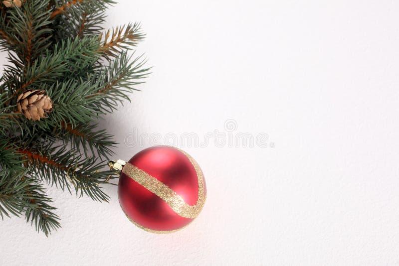 Palla ed ornamenti di Natale isolati su fondo bianco con lo spazio della copia fotografie stock
