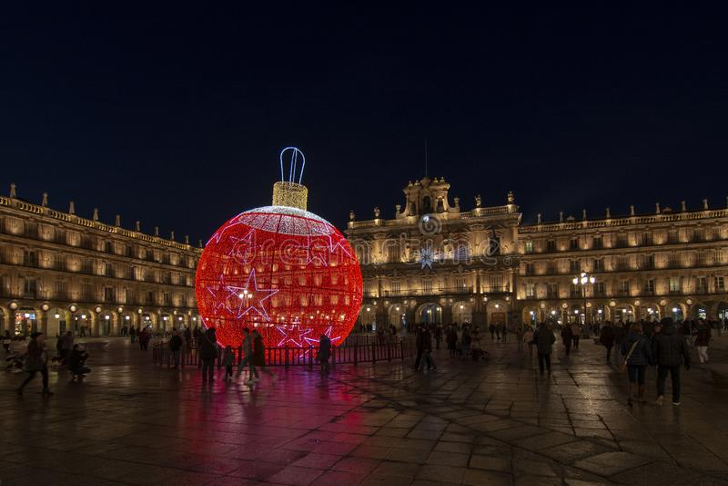 Palla gigante delle luci di Natale che decorano il quadrato principale di sal fotografie stock libere da diritti