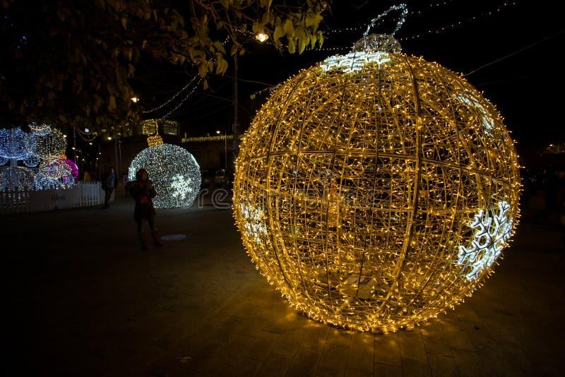 Palla illuminata dell'albero di Natale nel vecchio antico di Oporto del porto di Genova, Italia immagine stock