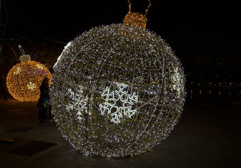 Palla illuminata dell'albero di Natale nel vecchio antico di Oporto del porto di Genova, Italia fotografia stock