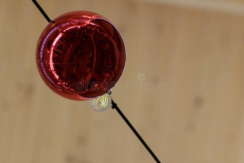 Palla ornamentale di Natale rosso con la riflessione da sotto immagini stock libere da diritti