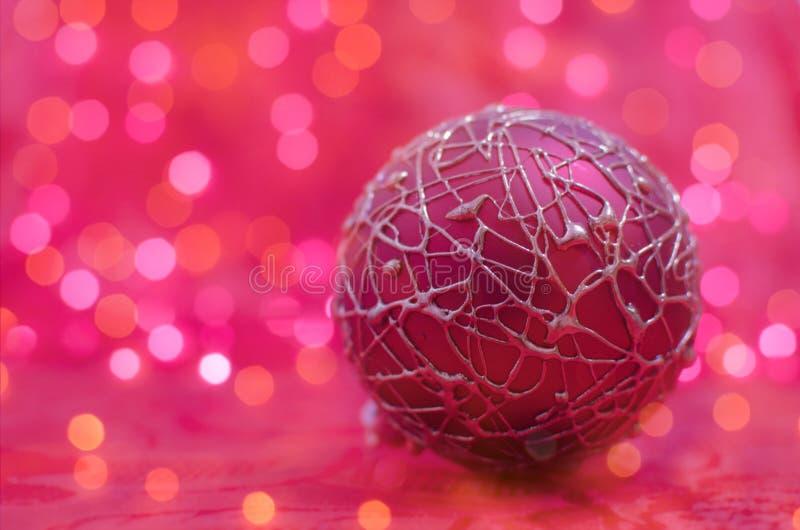 Palla rosa di natale sul fondo del bokeh immagine stock libera da diritti