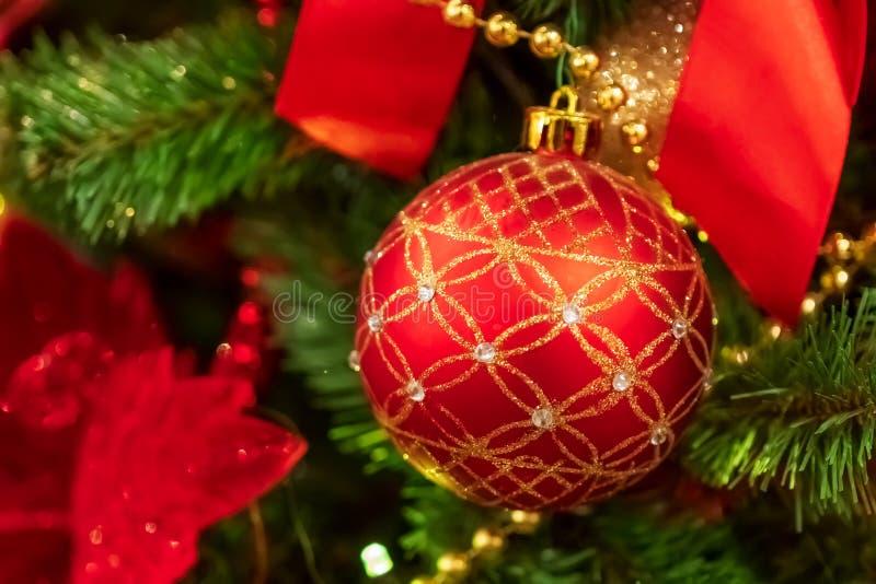 Palla rossa di Natale che appende sull'albero di Natale fotografie stock