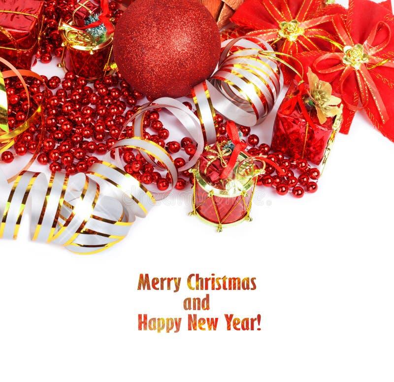 Palla rossa di Natale con i regali, le perle e gli ornamenti isolati fotografie stock