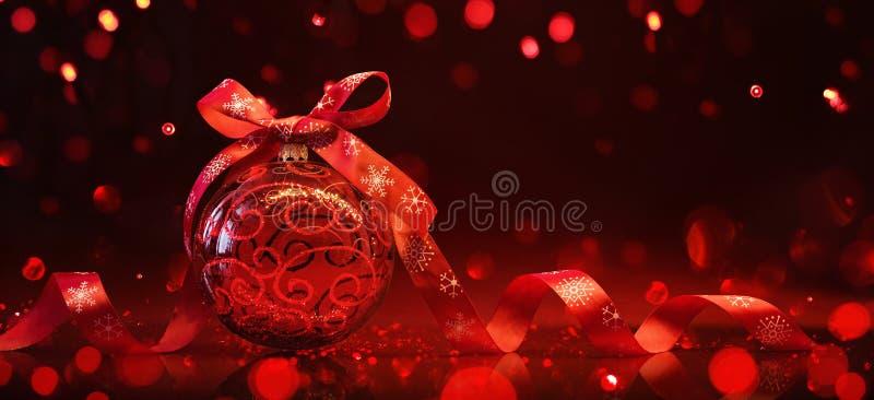 Palla rossa di Natale con la riflessione e gli effetti della luce immagine stock libera da diritti