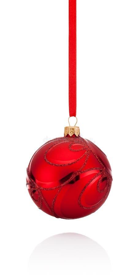 Palla rossa di Natale delle decorazioni che appende sul nastro isolato immagine stock