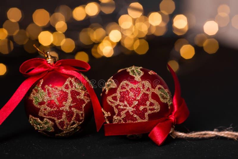 Palla rossa di natale su fondo astratto leggero Il Babbo Natale su una slitta Effetti della neve Fuoco molle fotografie stock