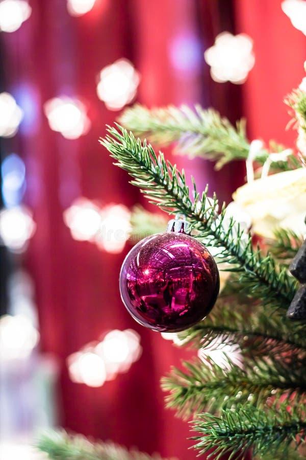 Palla rossa di natale sull'albero di natale fotografie stock libere da diritti