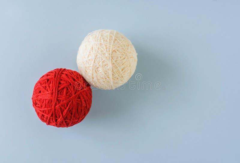 Palla rossa e bianca della lana per tricottare fotografie stock libere da diritti