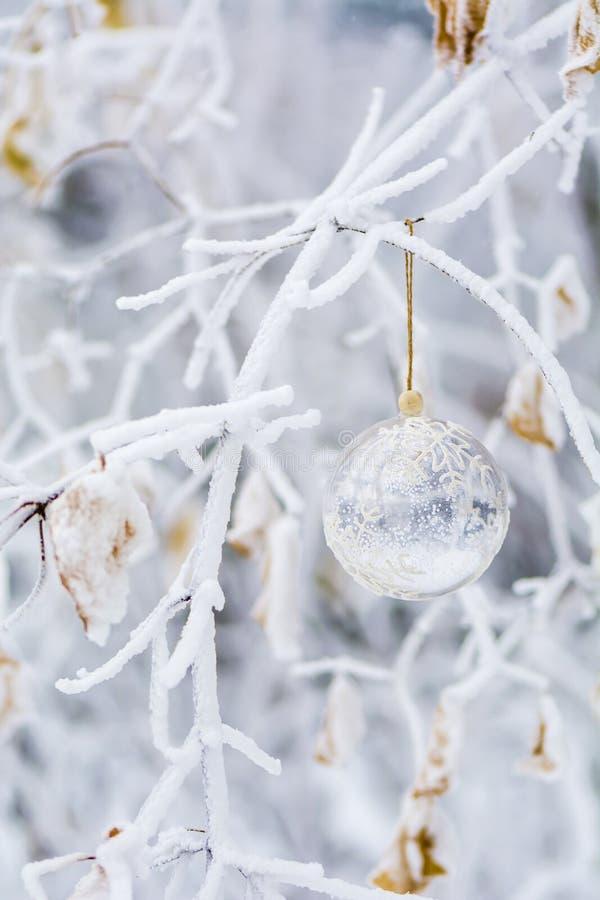 Palla trasparente di natale con i fiocchi di neve fotografie stock