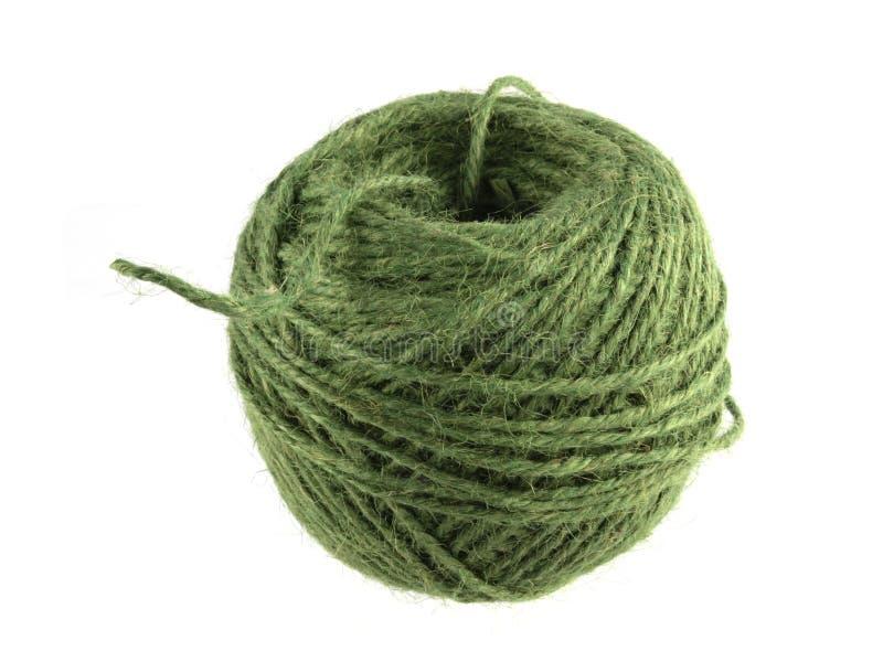 Palla verde di corda o di cordicella su un fondo bianco immagini stock libere da diritti