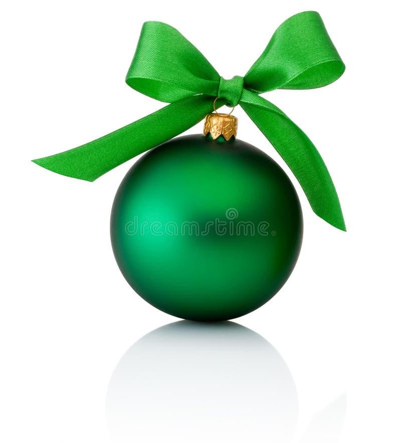 Palla verde di Natale con l'arco del nastro isolato su bianco fotografie stock libere da diritti