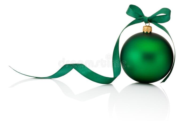 Palla verde di Natale con l'arco del nastro isolato su fondo bianco fotografia stock libera da diritti