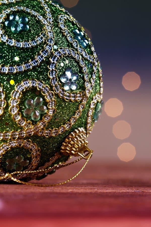 Palla verde di natale con la fine della decorazione di natale dell'ornamento su fotografia stock libera da diritti