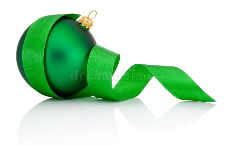 Palla verde di Natale coperta di nastro arricciato isolato immagini stock libere da diritti