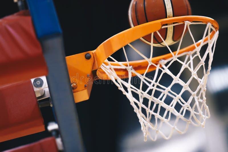 Pallacanestro che segna canestro ad un'arena di sport Segnare i punti di conquista fotografia stock