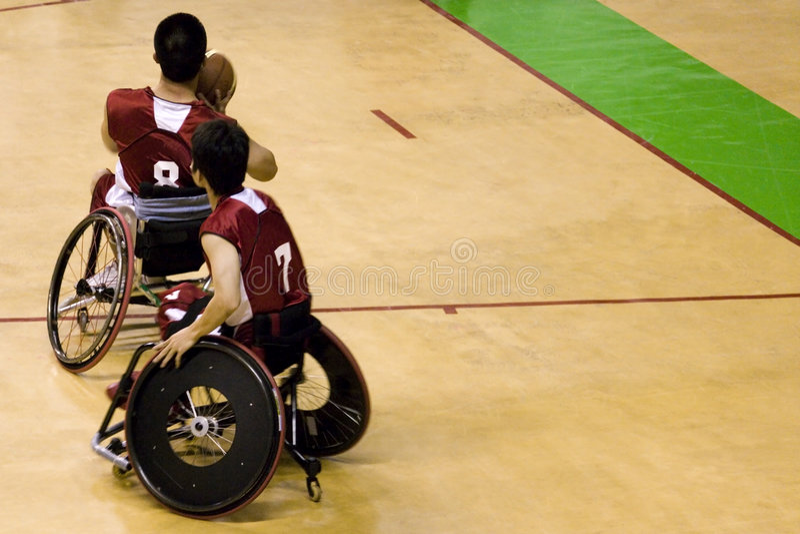 Pallacanestro della presidenza di rotella per le persone invalide (uomini) fotografie stock libere da diritti