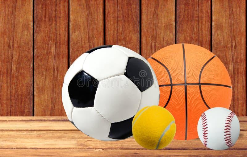 Pallacanestro, tennis, baseball e pallone da calcio sulla tavola di legno immagine stock libera da diritti